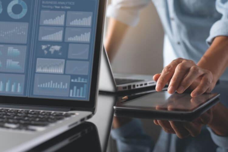 Profissional de RH analisando relatórios de plataformas tecnológicas.