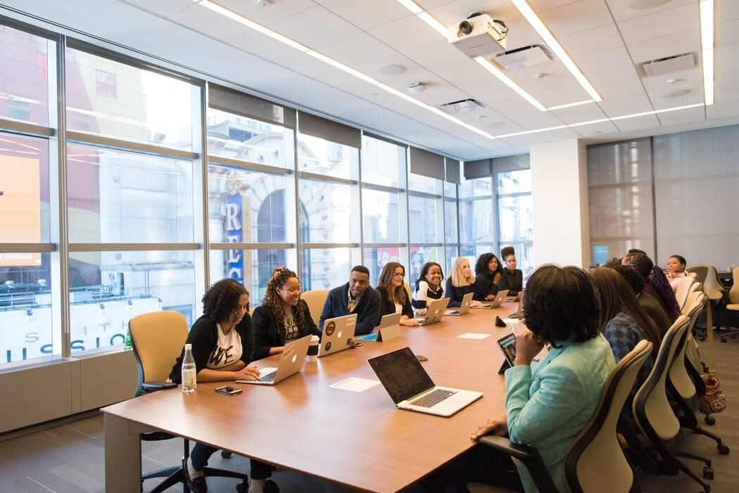 Reunião de negócios com várias pessoas ao redor da mesa.