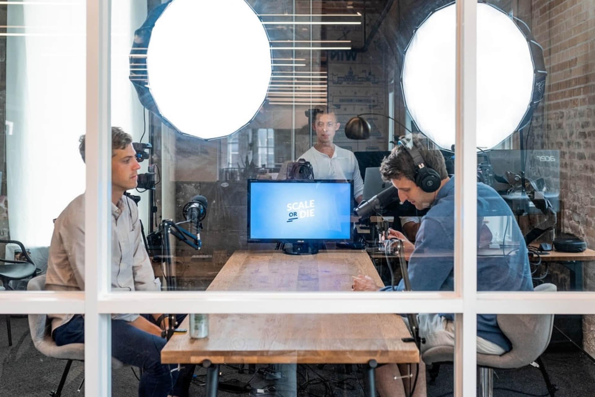 Homens Fazendo Curso De Liderança Online Em Uma Mesa De Madeira.